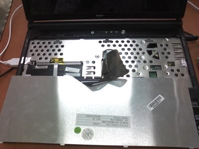 자판을 들어낸 노트북 내부